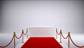 Het rode tapijt en de witte doos. Grijze achtergrond Stock Foto's