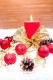Het rode thema van Kerstmis op sneeuw met houten achtergrond Stock Afbeelding