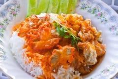 Het rode varkensvlees en de gekookte rijst gieten met zoete saus Royalty-vrije Stock Afbeelding