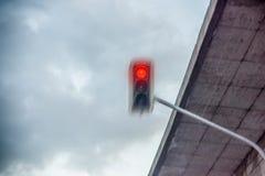 Het rode verkeerslicht is overschrijding royalty-vrije stock afbeelding
