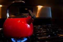 Het rode verwarmen van de Theepot Stock Foto