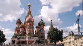 Het Rode Vierkant van Moskou, de mening van de tijdtijdspanne van St de Kathedraal van het Basilicum in Moskou, Rusland stock video