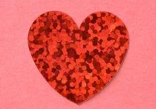 Het rode vlakke glanzende foliehart op roze tectured document dichte omhooggaand als achtergrond Royalty-vrije Stock Afbeelding