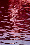 Het rode water golft achtergrond Stock Afbeeldingen