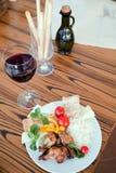 Het rode wijnglas en de olijfolie met kippenrijst paneren en Mediterrane salade Stock Fotografie