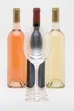 Het rode wit en nam wijnflessen met glazen toe Royalty-vrije Stock Afbeeldingen