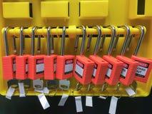 Het rode zeer belangrijke slot en de markering voor proces snijden elektro, de knevel t af stock afbeelding
