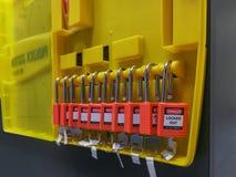 Het rode zeer belangrijke slot en de markering voor proces snijden elektro, de knevel t af royalty-vrije stock afbeeldingen