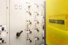 Het rode zeer belangrijke slot en de markering voor proces snijden elektro, de knevel t af royalty-vrije stock fotografie