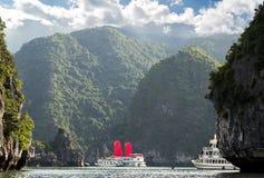 Het rode zeil Ha snakt Baai, Vietnam stock afbeeldingen