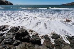 Het rodeostrand Californië schommelt golven en zand Royalty-vrije Stock Foto's