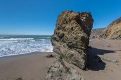 Het rodeostrand Californië schommelt golven en zand Stock Fotografie