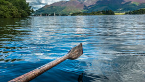 Het roeien op het meer Stock Foto's