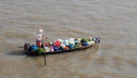 Het roeien van boot bij drijvende marktmekong Rivier Stock Afbeeldingen