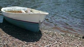 Het roeien van boot bij kust stock footage
