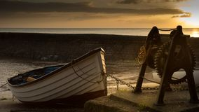 Het roeien van boot bij zonsopgang Royalty-vrije Stock Afbeeldingen