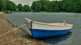 Het roeien van boot door de rivier stock video