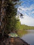 Het roeien van boot door het meer Royalty-vrije Stock Fotografie
