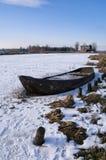 Het roeien van boot in een bevroren rivier Royalty-vrije Stock Afbeeldingen