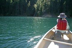Het roeien van boot in het meer Stock Foto