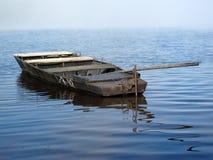Het roeien van boot in ochtendmist op het meer Royalty-vrije Stock Foto
