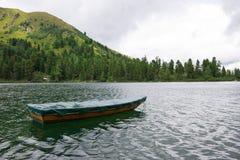 Het roeien van boot op bergmeer Royalty-vrije Stock Fotografie