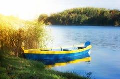 Het roeien van boot op zonnig meer Royalty-vrije Stock Foto's