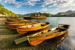 Het roeien van Boten door de Oever van het meer Stock Fotografie