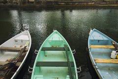 Het roeien van boten op Annecy kanaal Stock Foto