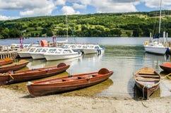 Het roeien van boten op de kust van een meer Stock Afbeelding