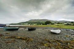 Het roeien van boten op een overzeese kust Royalty-vrije Stock Foto