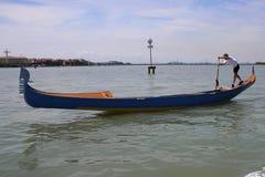 Het roeien van de gondel in de lagune van Venetië Stock Foto