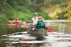 Het roeien van mensen op rivier Royalty-vrije Stock Foto