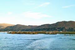 Het Roeien van Uros Floating Islands en van de Plaatselijke bevolking op Meer Titicaca van Puno, Peru stock foto