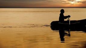 Het roeien visser langzame het roeien lengte stock footage