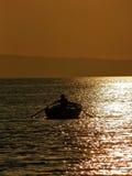 Het roeien in zonsondergang 3 royalty-vrije stock fotografie