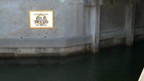Het roeienteken van de Manateestreek op het kanaal van Florida, 4K stock video