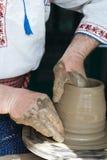 Het Roemeense traditionele aardewerk maken Stock Foto