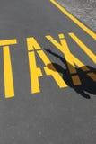 Het roepen van een taxi Stock Foto's
