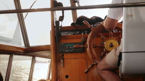 Het roer van het schip is in de handen van de kapitein stock videobeelden
