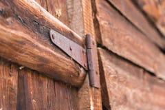 Het roestige afbaarden op een oude houten deur stock fotografie