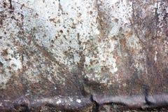 Het roestige en doorstane kijken stuk van golfmetaalachtergrond en het aansteken Stock Afbeeldingen