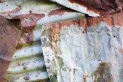 Het roestige en doorstane kijken stuk van golfmetaalachtergrond en het aansteken Royalty-vrije Stock Foto