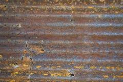 Het roestige en doorstane kijken stuk van golfmetaalachtergrond en het aansteken Royalty-vrije Stock Foto's