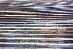 Het roestige en doorstane kijken stuk van golfmetaalachtergrond en het aansteken Stock Foto's
