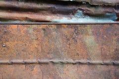 Het roestige en doorstane kijken stuk van golfmetaalachtergrond en het aansteken Royalty-vrije Stock Afbeeldingen