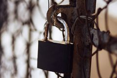 Het roestige sjofele slot sluit de roestige oude poort royalty-vrije stock fotografie