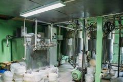 Het roestvrije staaltanks of vaten van de bakkerijklep met pijpen voor productiebakkerij bij banketbakkerijfabriek, industriële m stock foto's