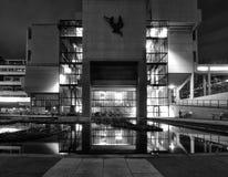 Het Roger Stevens-gebouw op de Universiteit van Leeds de jaren '60 concrete brutalist bouw genomen bij nacht met gloed van lichte stock afbeeldingen
