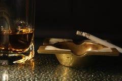 Het roken en het drinken Stock Afbeeldingen